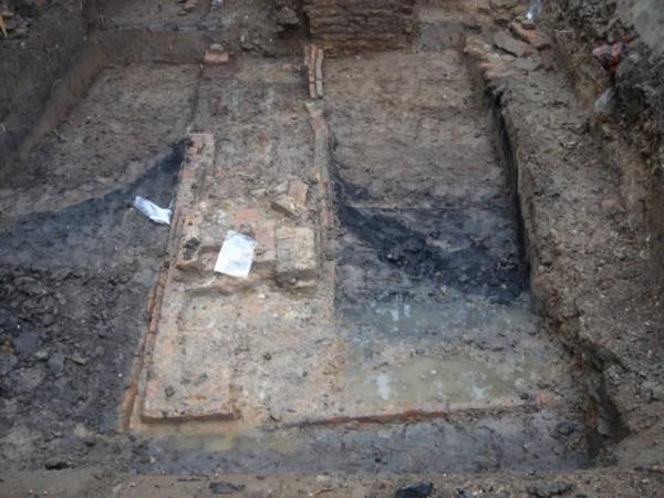 Archeologische vondst. Het restant van de slotgracht